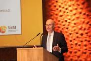 Hamburgs Erster Bürgermeister Dr. Peter Tschentscher bei der Eröffnung der Trägerversammlung und Hauptarbeitstagung des VdM am 4. Mai 2018 in der Elbphilharmonie / Foto: VdM/Schäfer