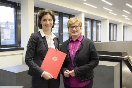 Prof. Dr. Kirsten Sander gemeinsam mit Rektorin Prof. Dr. Karin Luckey nach Überreichung der Ernennungsurkunde, Foto: Hochschule Bremen / Sascha Peschke