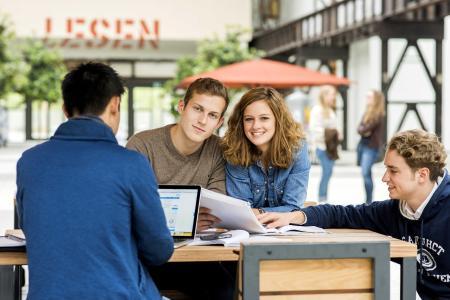 Studierende am Campus Lingen loben beim CHE-Hochschulranking unter anderem die moderne Raumausstattung sowie die sehr gute Studiensituation