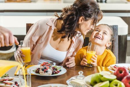 Propionat kann der menschliche Körper selbst herstellen. Voraussetzung dafür ist die Aufnahme großer Mengen ballaststoffreicher Lebensmittel wie Vollkornbrot, Hülsenfrüchte oder faserhaltige Obst- und Gemüsesorten. Darmbakterien bauen die Ballaststoffe zu kurzkettigen Fettsäuren um. Das Mikrobiom eines gesunden Menschen produziert bei ballaststoffreicher Kost etwa vier bis fünf Gramm Propionsäure/Propionat am Tag. Foto: Fotolia