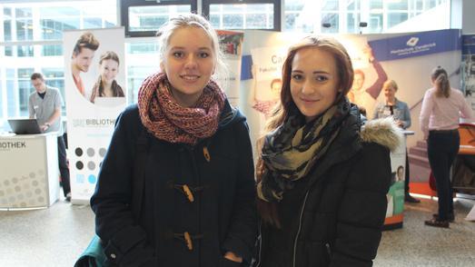 Marie Knippenberg (rechts) aus Bad Essen informiert sich über den Studiengang Kommunikationsmanagement. Ihre Freundin Annika Adler (links) hört sich Vorträge zu den Studiengängen Elektrotechnik und Fahrzeugtechnik an. Foto: Linda Gösmann