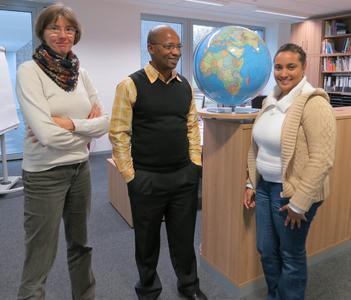 Gunhild Grünanger (links) zeigt den beiden Studierenden aus Südafrika, Brigitte Maart und Sebenzile Nyamana, das International Office der Hochschule Osnabrück