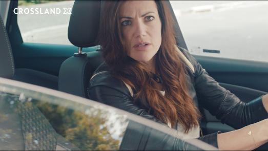Gerade nochmal gut gegangen: Im Spot zur neuen Opel Crossland X-Kampagne verhindert der Fußgänger-Notbrems-Assistent eine größere Beziehungskrise zwischen Bettina Zimmermann und Kai Wiesinger