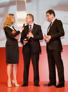 Barbara Schöneberger (Moderation, links) bei der Verleihung der Auto Trophy für den Opel Ampera im Düsseldorfer Meilenwerk im Gespräch mit Karl-Friedrich Stracke (Vorstandvorsitzender der Adam Opel AG) und Volker Koerdt (Chefredakteur Auto Zeitung)