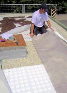 Die Begrünung des Daches mit dem optimalen Schichtaufbau sollte ausschließlich Fachleuten des Dachdeckerhandwerks vorbehalten bleiben