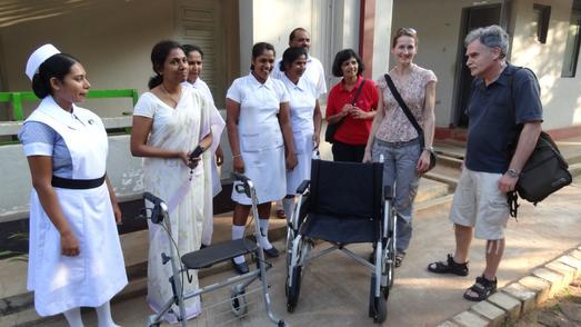 Sachspenden für das District Hospital Habarana: Die Exkursionsteilnehmerinnen und Teilnehmer hatten einen Rollstuhl, einen Rollator, Blutdruckgeräte sowie Verbands zeug