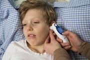 Ein Kind mit Fieber gehört weder in die Kita noch in die Schule / Foto: AOK