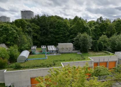 """Auch das lernen Dachdecker in ihrer Ausbildung: Gebäude durch die """"Null-Energie-Klimaanlagen"""" der begrünten Dächer zu optimieren und gleichzeitig Mini-Biotope als Ausgleich zur Flächenversiegelung zu schaffen"""