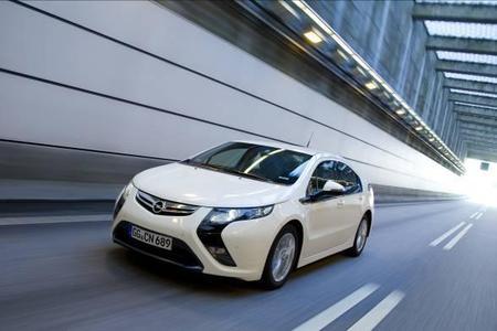Elektromobilität startet durch: Ab sofort nimmt Opel Reservierungen für den Opel Ampera entgegen, dem ersten europäischen Elektroauto, bei dem keine Änderungen der Fahrgewohnheiten notwendig sind. Der Preis für den Opel Ampera beträgt in Europa einheitlich 42.900 Euro
