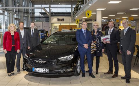 Gute Fahrt: Opel Insignia Nr. 1.111.111 an Besitzer übergeben