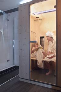 Dampfdusche, Sauna oder – wie hier im Bild – Infrarotkabine im Bad unterstützen die Regeneration in den eigenen vier Wänden, Foto: Wüstenrot Bausparkasse AG