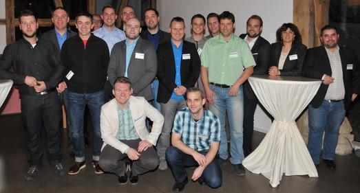 Die neuen Betriebswirte (HWK) mit Präsident Harald Herrmann bei der Abschlussfeier in Wankheim