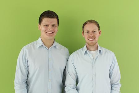 Konstrukteur und Leiter Martin Scharfe (rechts) und Marvin Rohmann, verantwortlich für das Projektmartketing, bringen die Smartlounger-Sonnenliege zur Marktreife