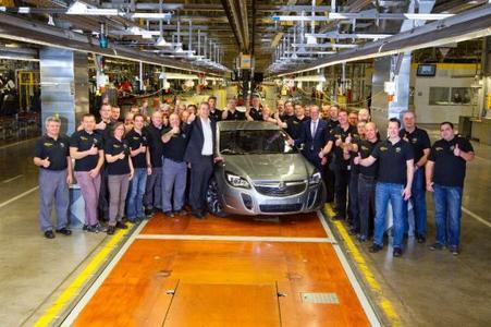 Daumen hoch: Axel Scheiben, Leiter des Werks Rüsselsheim, Opel-Chef Dr. Karl-Thomas Neumann (rechts) und das Fertigungsteam mit dem ersten Holden Insignia made in Germany