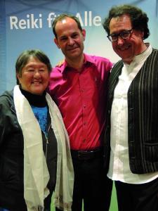Oliver Drewes, Holistika Geschäftsführer, zusammen mit Filmproduzent René Vögtli (rechts) aus der Schweiz und Interviewpartnerin aus den USA, Phyllis Lee Furumoto (links), des ersten Conciliation Films.
