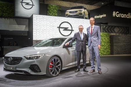 Starker Auftritt: Weltpremiere für den extra sportlichen Insignia GSi mit Groupe PSA CEO Carlos Tavares und Opel CEO Michael Lohscheller (rechts)
