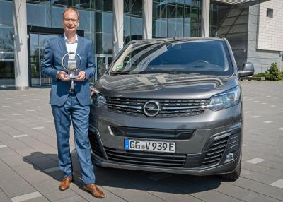 "Opel CEO Lohscheller Accepts ""International Van of the Year"" Award for New Opel Vivaro-e"