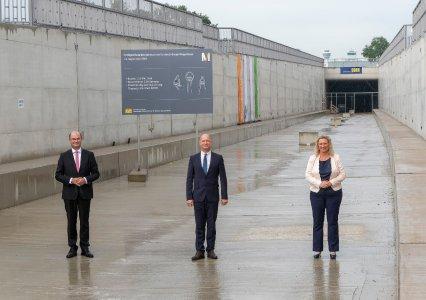 von links den Bayerischen Finanzminister und Vorsitzenden des Aufsichtsrats der Flughafen München GmbH (FMG), Albert Füracker, den Vorsitzenden der Geschäftsführung der FMG, Jost Lammers und die Bayerische Verkehrsministerin Kerstin Schreyer