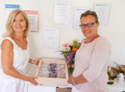 Ab heute ist die erste BarfussBox in Richterswil bei Christa Macchi (l.i.B.). Bettina Schellstede freut sich auf die Zusammenarbeit mit der emphatischen Kollegin