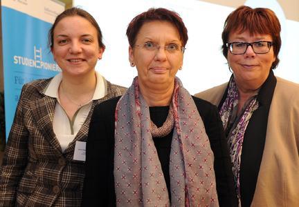 """Anca-Gabriela Hübner, Dr. Rita Stein-Redent und Prof. Barbara Schwarze (von links) haben in Berlin mit ihrem Konzept """"Auf ins Studium! - Service für Studienpioniere"""" überzeugt (Foto: Peter Himsel/Stifterverband)"""