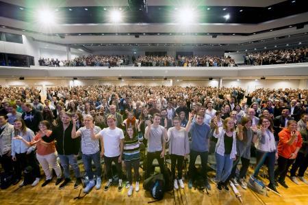 """Ausgelassene Stimmung: Mit einer Begrüßungsfeier hat die Hochschule Osnabrück jetzt 2.700 Erst-semester der Osnabrücker Standorte in der OsnabrückHalle begrüßt. Für gute Stimmung sorgt neben Moderator Benjamin Häring auch die A-capella-Gruppe """"Männersache"""""""