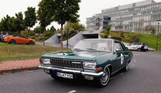Los geht's: Opel-Chef Dr. Karl-Thomas Neumann startet in seinem privaten Diplomat A V8 am Campus Kronberg