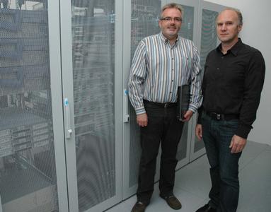Thomas Fründ und Alfons Mönnich (von links) haben die Technik im Hintergrund fest im Griff