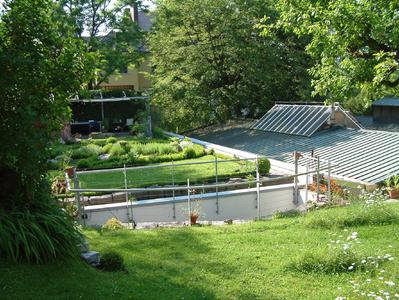 Schallschutz auf natürliche Art: Auf dieser Werkhalle entstand eine ganze Gartenlandschaft.