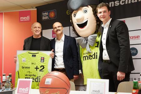 Nach der Vertragsunterzeichnung überreichte der Geschäftsführer der medi bayreuth Basketballer, Philipp Galewski (rechts), ein Trikot an die medi Geschäftsführer Dr. Michael und Stefan Weihermüller (von links) / Das Unternehmen medi verlängerte sein Engagement beim Basketball Bundesligisten als Haupt- und Namenssponsor für weitere zwei Jahre