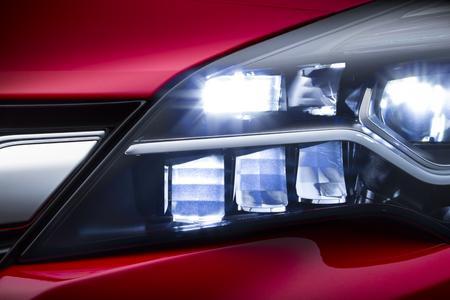 Opel IntelliLux LED an: Das aus 16 Elementen – acht auf jeder Fahrzeugseite – bestehende neue Voll-LED-Matrix-System passt die Länge des Lichtstrahls und die Verteilung des Lichtkegels automatisch und kontinuierlich jeder Verkehrssituation an