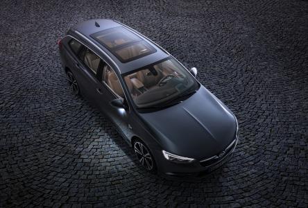 Beste Aussichten: Das auf Wunsch für den neuen Opel Insignia Sports Tourer erhältliche Panorama-Sonnendach erstreckt sich bis über die Köpfe der Fondpassagiere