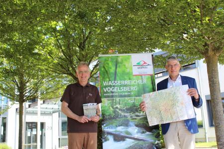 Landrat Manfred Görig (rechts) stellt gemeinsam mit Hartmut Greb, Amt für Wirtschaft und den ländlichen Raum sowie Nationaler Geopark Vulkanregion Vogelsberg, die neue Geopark-Karte vor. Wanderrouten, Geotope und Geostationen sind auf der übersichtlichen Karte leicht zu finden / Foto: Vogelsbergkreis/C.Lips