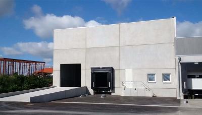 Links hinter dem Bestandsobjekt ergänzt der Hallenneubau den Gewerbepark mit rund 1.000 m2, Bild: FUCHS & Söhne GmbH