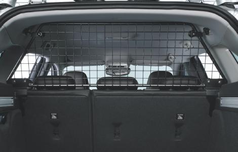 Maßgeschneidert: Das Laderaumtrenngitter im Opel Astra Sports Tourer dient auch als Schutz für den Hund im hinteren Abteil