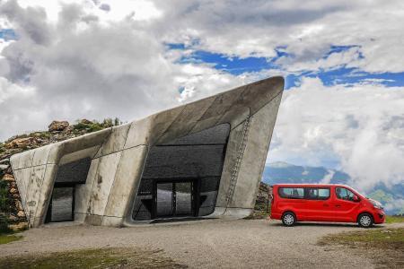 """Opel Vivaro ganz oben: Mit dem flexiblen Transporter konnte Reinhold Messner auch die letzten Exponate zum """"Messner Mountain Museum"""" Corones auf den 2.275 Meter hoch gelegenen Kronplatz bringen."""