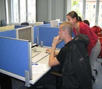 Romy Bontus, Mitarbeiterin der Arbeitsagentur mit Kunde bei der Dateneingabe