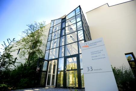 """Wissenschaftler der Universität Passau wollen Rathäuser und Mittelständler fit machen für die Herausforderungen im """"Cyberkrieg"""" von morgen. Foto: obx-news/Universität Passau"""