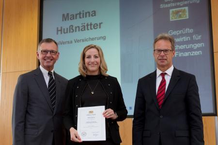 Überreichung durch IHK-Präsident Dirk von Vopelius (li.) und Dr. Gert Bruckner, Ministerialdirigent im Bayerischen Wirtschaftsministerium (re.) an Martina Hußnätter. Foto: IHK / Fuchs