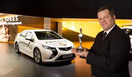 """Doppelsieg für den Opel Ampera beim """"10. Internet Auto Award"""" von AutoScout24. Enno Fuchs, Director E-Mobility von der Adam Opel AG nahm zwei Carolina-Trophäen für den Ampera entgegen. Der Ampera wurde sowohl in der Kategorie Elektrofahrzeuge ausgezeichnet und wurde zusätzlich als """"Beliebteste Autoneuheit in Europa"""" zum Gesamtsieger gekürt"""