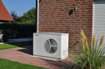 Mit dem Einsatz einer Luft-Wasser-Wärmepumpe und einer Fußbodenheizung lassen sich die Vorgaben des GEG sehr leicht erfüllen. Kombiniert mit einer kontrollierten Lüftung mit Wärmerückgewinnung können KfW-Förderstufen erreicht werden