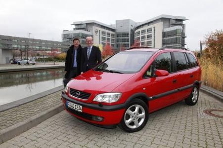 """""""Wann haben Sie den gekauft?"""": Opel Chef Dr. Karl-Thomas Neumann (rechts) kann es kaum glauben, dass Eigner Andreas Schild (links) diesen Wagen schon seit acht Jahren und 500.000 Kilometern täglich nutzt"""