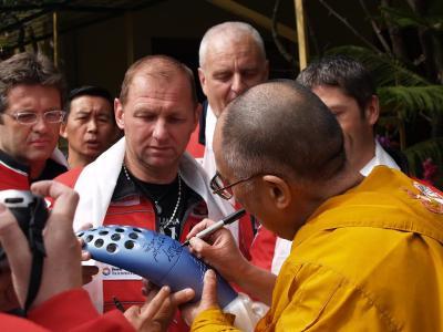 Dr Dalai Lama signiert die Fackel