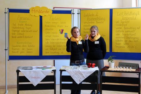 Das perfekte Ambiente einer Schulmensa – damit hat sich eine der vier Gruppen am Aktionstag Genuss ein Muss auseinandergesetzt
