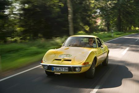 Opel GT und Commodore sind die Stars der Hamburg-Berlin-Klassik