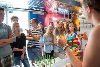 Während der Offenen Tür im BIOTechnikum stehen die wissenschaftlichen Mitarbeiter für Gespräche zur Verfügung, führen durch die Ausstellung und zeigen kleine Experimente
