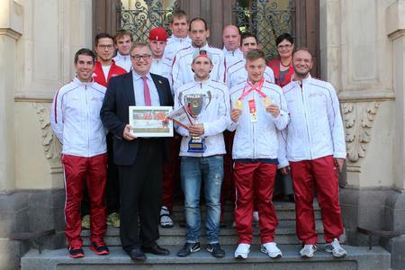 Regionspräsident Hauke Jagau freut sich mit den Sportlern der Hannoverschen Werkstätten und Geschäftsführerin Vera Neugebauer über den Erfolg bei den Special Olympics