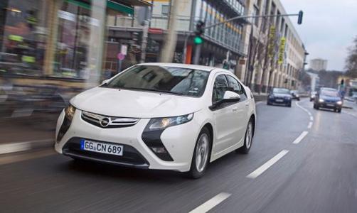 Pionier: Der Opel Ampera ist einzigartig. Seit knapp zwei Jahren gibt es die uneingeschränkt alltagstaugliche Elektro-Limousine bereits zu kaufen – zum heutigen Preis von 38.300 Euro. Dafür bekommt der Kunde ein Auto der Gegenwart mit der Technik der Zukunft