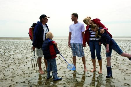 Familie im Watt, TASH / Jens Koenig