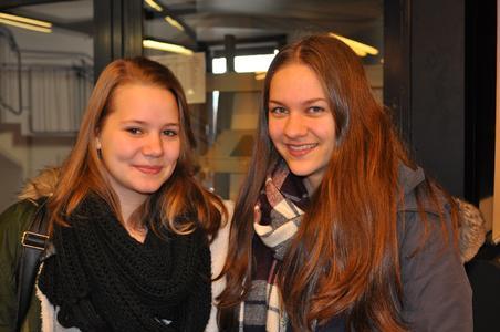 Die beiden 16-jährigen Schülerinnen Denise Kohmäscher (links) und Katarina Lang interessieren sich auf dem HIT für ein Chemiestudium. Foto: Universität Osnabrück/Kathrin Erdmann