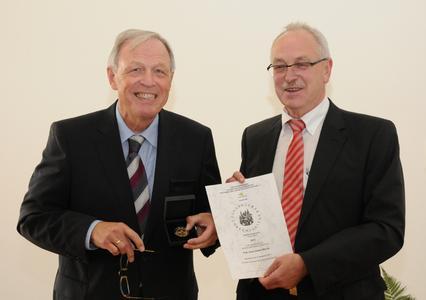 Ehrenmedaillenträger Prof. Hans-Dieter Warda, der Vorsitzende des Freundeskreises Engelbert Lehmacher (v. l. n. r.) (Foto: Daniel Jeschke - Hochschule Osnabrück)